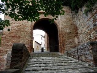 38 - Santarcangelo di Romagna - porta cervese - Risalente al XIV - XV sec., conosciuta anche come la Porta del Sale (dato che si immette sulla via che in passato collegava Santarcangelo con la città salinara di Cervia), unico accesso rimasto della seconda cinta muraria che proteggeva la città voluta dalla famiglia Malatesta.