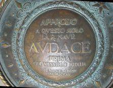 11 - L'iscrizione sulla rosa dei venti in cima al Molo Audace di Trieste