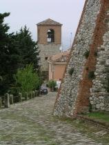 7 -Verucchiola-strada-che-conduce-alla-rocca-malatestiana-o-rocca-del-sasso-una-delle-piu-grandi-e-meglio-conservate-fortificazioni-in-valmarecchia