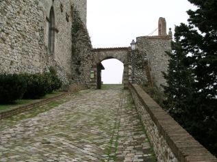 7,1 -la-strada-che-conduce-alla-rocca-malatestiana-o-rocca-del-sasso-una-delle-piu-grandi-e-meglio-conservate-fortificazioni-in-valmarecchia