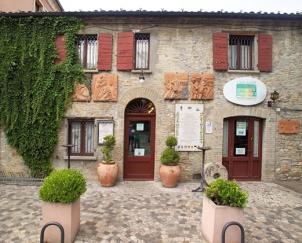 """33 - Casa-Zanni - L'azienda ha 50 ettari di terreno, 28 dei quali vitati, nel più antico insediamento viticolo di Verucchio, """"Montefarneto Le Vigne"""" su un terreno argilloso e ventilato dove coltiva vitigni locali e internazionali."""