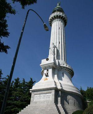 """55 - Trieste - Faro della Vittoria. Sul basamento c'è l'iscrizione creata da Gabriele D'Annunzio """"Splendi e ricorda i caduti sul mare""""."""