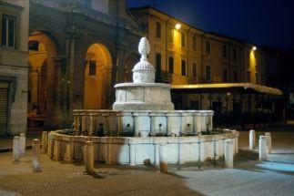 28 -Rimini - Piazza Cavour - Fontana della Pigna.