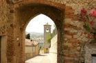 22 - Verucchio - Porta- Sant' Agostino e mura del fossato. La Porta di S. Agostino è una delle quattro porte medievali (Porta di S.Agostino, Porta del Passerello, Porta del Sasso e Porta dell'Acqua) che originariamente davano accesso alla cittadella di Verucchio. Accanto al monumento si notano le antiche mura del fossato, mura di cinta di epoca malatestiana, restaurate di recente, dalle quali il panorama è mozzafiato.