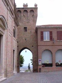 6 - Saludecio - Porta Marina. È la porta d'ingresso principale al paese-una bella struttura risalente all'epoca di Sigismondo Pandolfo Murales -