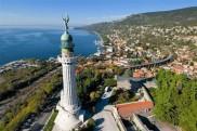 54 - Trieste - Faro-della-Vittoria. Il faro è costruito dove sorgeva una fortezza austriace e l'ancora fissata nella pietra istriana, subito sotto al marinaio, è quella dell'Audace, il primo cacciatorpediniere ad entrare nel porto di Trieste liberata.