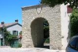 16 - Verucchio - Resti della seconda rocca e porta del passerello di Verucchio sui quali oggi sorge il monastero delle monache di S. Chiara. Accanto alla rocca è possibile ammirare la ricostruzione, fatta con i materiali originali, dell'antica porta che nel 1964 è stata parzialmente abbattuta.