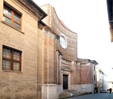 100 - Pesaro Chiesa Santa Maria Maddalena. La Chiesa di Santa Maria Maddalena è una chiesa di origini antiche posizionata in via Zacconi. L'edificio deriva dalla completa ristrutturazione fatta nel Settecento. L'esterno della Chiesa è caratterizzato da una facciata concava, incompiuta nella parte alta e da una doppia scalinata d'accesso. L'interno, a croce greca, è decorato con sculture e bassorilievi in stucco. Attualmente la chiesa si utilizza come auditorium di eventi culturali.