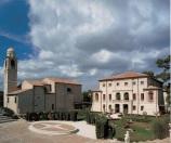 126 - A Caldelara circa 14km da Pesaro da visitare la Villa Berloni. L'attuale Villa Berloni è il risultato finale di diversi interventi iniziati nel fine '700 e conclusosi agli inizi del '800, dalla famiglia Almerici. Venne restaurata dal famoso architetto Luigi Vanvitelli. In seguito, inizio una fase di degrado, e nella seconda guerra mondiale venne utilizzata come rifugio per gli sfollati. Nel 1980 venne acquistata dalla famiglia Berloni dalla quale prese anche il nome che porta oggi. Venne totalmente arredata e restaurata, riportandola al suo splendore. Si possono ammirare le opere pittoriche e vari pezzi d'antiquariato del 1600-1700.