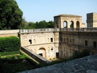 142 - Pesaro - -La Villa Imperiale è costituita da due distinti edifici collegati fra loro da un percorso aereo.