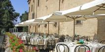 147 - Un pranzo, una cena a Villa Imperiale: sulla grande terrazza, affacciata sulla valle del colle San Bartolo, e la vista panoramica su Pesaro.