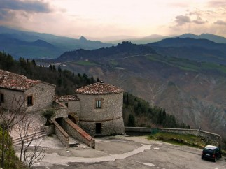 15 - Scorticata di Torriana ; dall'interno della rocca; si riconosce- San Leo, Maioletto, Montebello e, l'inconfondibile sagoma di monte Aquilone (Perticara)