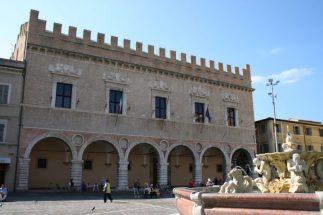 20 -Pesaro. Piazza del Popolo Il Palazzo Ducale è il più importante edificio rinascimentale di Pesaro, il più antico dei quattro che sorgono intorno alla Piazza del Popolo.