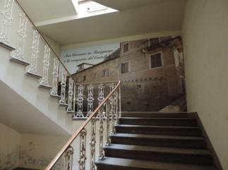 40 -Palazzo Corbucci. Attraverso la grande scalinata (volgendo lo sguardo verso l'alto, agli angoli del soffitto di possono ammirare quattro stemmi nobiliari tra cui quello dei Corbucci) si accede ai piani superiori, quelli signorili per intenderci.