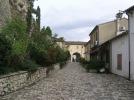 24 - Il piccolo borgo di Montebello, nei pressi di Torriana di Rimini, sorge in cima ad un colle che si affaccia nella Valmarecchia. E' uno dei borghi meglio conservati anticamente alla Signoria dei Malatesta