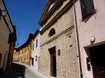 34 - Montefiore Conca (RN) - Chiesina dell'Ospedale della misericordia. E' posta all'inizio del borgo, sulla strada che conduce verso Morciano. E' stata costruita tra il 1470 e il 1474 a servizio di un piccolo ospizio per i pellegrini. La facciata è ottocentesca. All'interno è conservato un ciclo di affreschi, recentemente restaurato, attribuito al durantino Bernardino Dolci o alla sua bottega. Gli affreschi, purtroppo lacunosi, ricoprono le pareti e illustrano le ultime ed eterne realtà che immancabilmente spettano all'uomo dopo la morte: il giudizio, cui seguirà l'inferno o il paradiso. E' in questa chiesa che termina, ogni anno, la secolare processione del Venerdì Santo, antichissima tradizione che coinvolge ancora oggi attivamente le famiglie montefioresi.