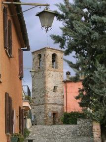 25 - Uno-scorcio-dalla-via-principale-del-borgo-di-Montebello