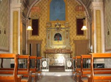 30 - La chiesa della Madonna del Monte presenta una pianta ad una navata, un portico esterno su tre lati, e uno stile riconducibile al tardo barocco molto povero