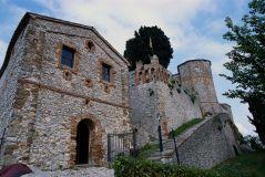 30 - Montebeollo - Rocca dei Guidi di Bagno di Romagna - Il percorso medievale del castello. Il castello si divide in due parti: una parte medievale ed una rinascimentale. La parte medievale è caratterizzata dalla presenza di alcuni trabocchetti realizzati per rallentare l'ingresso dei nemici nella fortezza, fra questi una scala molto stretta, con i gradini di diversa altezza, e una porta molto bassa che conduce al camminamento di ronda. Nella stanza in cui si conservavano le armi ora si possono ammirare alcuni bauli che contenevano la dote delle spose dei signori del castello.