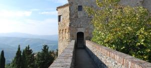 34 - -Montebello - Rocca dei Guidi di Bagno di Romagna- Il percorso rinascimentale del castello Passando nella parte medievale del castello si nota subito la differenza della struttura muraria e della pavimentazione rispetto a quella romana. Qui si possono ammirare diversi arredi originari del castello: mobili del 1300 e del 1700, una collezione di forzieri e di cassapanche, alcune sedie antiche e un bellissimo divano di pelle, dipinto a fuoco. I forzieri sono due, uno è una cassaforte di legno rivestito di ferro, con ben cinque serrature, l'altro del secolo successivo ha una sola serratura, ma molto ben occultata. Entrambi molto pesanti, in modo particolare il secondo, sono stati probabilmente costruiti direttamente all'interno delle sale del castello. Notevole una cassapanca con uno schienale dipinto riportante una donna orientale all'interno di una tenda, di origine mediorientale è stato riportato sicuramente dalle crociate. Nel castello non vi sono camini, l'unico focolaio è senza una canna fumaria, qui i soldati preparavano la pece bollente da gettare, attraverso una feritoia nel pavimento, addosso ai nemici che tentavano di entrare nel castello.