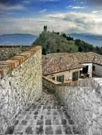 44- Scorticata di Torriana, vista sull'antica torre di guardia e, sullo sfondo, la Carpegna