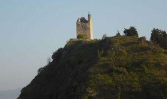 45 --La torre quadrata, Risale al XIII secolo e da essa deriva il nome moderno di Torriana. Ubicata sulla cima di uno dei due colli rocciosi che danno identità al luogo, domina la valle del Marecchia. Quel che resta dell'antico manufatto, recentemente consolidato, si staglia netto sulla pianura ed è visibile da lontano. Anticamente la costruzione di ponti la collegava alla Rocca.