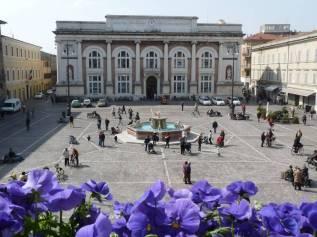 15- Pesaro Piazza del Popolo- Al centro la fontana.