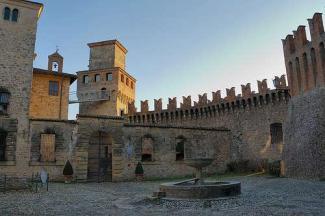 5- San-Giovanni-Marignano. Torre Civica. Le due torri portaie del castello risalgono al periodo 1438 – 1442 durante il quale Sigismondo Pandolfo dè Malatesti fortificò l'antico insediamento duecentesco. Una di esse (quella a nord) fu abbattuta nel 1854, l'altra è integra e, sapientemente restaurata, svetta sulla piazza principale con i suoi 24 metri di altezza. Nel corso dei secoli è stata sopraelevata per alloggiare il vano dell'orologio pubblico e la cella campanaria, come visibile dal cambio di colore della muratura. Al di sotto della sopraelevatura segni di beccatelli allungati denunciano la quota di terminazione medievale e sono ancora visibili i due fori laterali che consentivano il passaggio delle catene del ponte levatoio a sollevamento diretto ed infine l'arco di ingresso a sesto acuto».