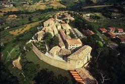 7 - Montegridolfo. Il borgo, molto probabilmente, risale all'anno 1000. La prima documentazione certa è datata 1148, come certo è che nel 1200 passò sotto il dominio malatestiano. fu sede di numerosi attacchi ed incursioni militari che culminarono nel paradossale saccheggio da parte delle soldatesche di Ferrantino Novello, cugino dei Malatesta, che -alleatosi con i Montefeltro- distrusse il borgo. La ricostruzione fu però rapida e nel 1337 si può parlare di Montegridolfo come lo conosciamo ora, con alte mura ed efficientemente fortificato.