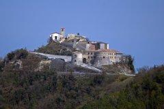 8- Torriana -Panorama del castello- Originariamente questa località si chiamava Scorticata, dal nome del monte su cui era stata costruita. Fu ribattezzata Torriana da Mussolini nel 1938. Il borgo si è sviluppato intorno ad una rocca, fatta costruire dallo Stato Pontificio e concessa da Papa Lucio II alla Chiesa riminese, che a sua volta la assegnò nel 1186 ai Malatesta di Verucchio.