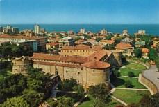 96 - Rocca Costanza (Pesaro)1400-1483- La perla quattrocentesca a pianta quadrata, rafforzata da torrioni cilindrici, è cinta da un ampio fossato.