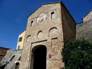 9 - Montefiore Conca (RN) - Porta Curina – Appena giunti in paese si nota l'arco di ingresso al borgo fortificato detto Porta Curina (secolo XV) in cui è murato lo stemma dei Piccolomini. Si notino le linee medioevali degli edifici sulla sinistra.