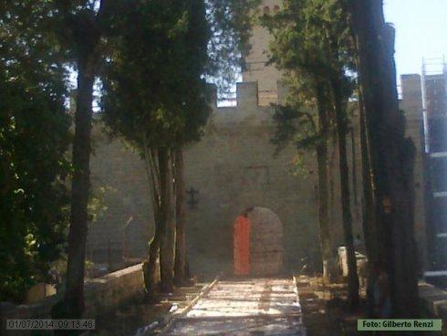 Il viale che conduce all'entrata del Castello