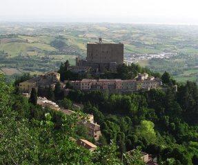 3 - Montegridolfo, in provincia di Rimini, è un borgo medievale situato sul dorsale che separa il versante romagnolo da quello marchigiano, nella vallata dove scorrono i fiumi Conca e Tavolla.