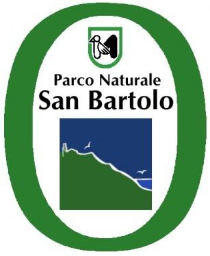 1 - Pesaro - Logo- del Parco Naturale Regionale del Monte San Bartolo. Il parco, ha una superficie totale di circa 1600 ettari e comprende la dorsale collinare che dal porto di Pesaro si estende fino a Gabicce Mare, costituendo il primo promontorio che affaccia sulla costa adriatica provenendo dal Nord dell'Italia.