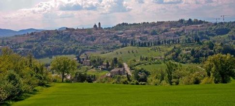 1- Urbino Panorama. Ad una Altitudine di 500 m s.l.m. Il territorio si estende in area collinare, sulle ultime propaggini dell'Appennino settentrionale, Appennino tosco-romagnolo, nella zona meridionale del Montefeltro. Urbino: Fu uno dei centri più importanti del Rinascimento italiano, di cui ancora oggi conserva appieno l'eredità architettonica, dal 1998 il suo centro storico è patrimonio dell'umanità UNESCO.