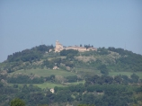 111 - FANO, a soli 2 km a (223 m s.l.m.). l'Eremo di Monte Giove, da dove si ha una magnifica vista sulla valle del Metauro e sull'Appennino. La sommità del colle divenne proprietà dei monaci della Congregazione Camaldolese dell'ordine di san Benedetto a partire dal 1609, anno di costruzione del loro convento, ultimato nel 1627. Alla sua edificazione contribuirono molti benefattori e lo stesso comune di Fano, che si impegnò a somministrare alla famiglia religiosa una notevole quantità di grano.