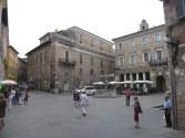 71 - Urbino. Piazza della Repubblica.