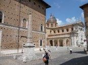 76 - Urbino. Obelisco egiziano e Piazza Duca Federico