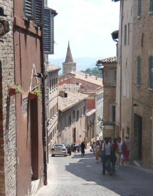 79 - Urbino. Via Raffaello-