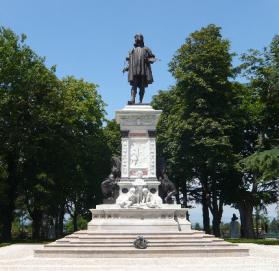 80 - Urbino. Monumento a Raffaello in Piazzale Roma, è una delle attrazioni della città. Realizzato tra il 1894 ed il 1897 dallo sculture Luigi Belli, su richiesta della città e per voce dell'Accademia Raffaello.