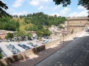 84 - Urbino. Veduta sul Piazzale Borgo Mercatale
