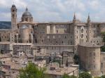 2 - Urbino. Se oggi Urbino è quella che è, gran parte del merito va a Federico da Montefeltro, signore dal 1444 al 1482. Fu Città Ideale nel Rinascimento. La sua corte accolse i maestri del Quattrocento pittorico e nel suo grembo videro la luce Raffaello Sanzio e Donato Bramante. In poche centinaia di metri quadrati si concentra un patrimonio che ha segnato l'arte e l'architettura d'Europa per molti decenni