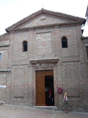 37 -Gradara - Sulla sommità della collina dopo termina attraversato il borgo si trova la Chiesa medievale di San Giovanni Battista con all'interno il bellissimo Crocefisso del XIV sec.,