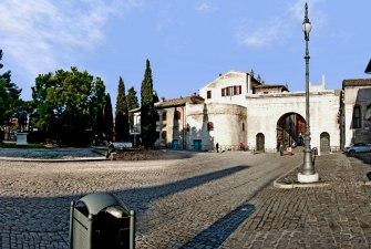 19 - Fano. L'Arco di Augusto, sulla sinistra la statua di Augusto.