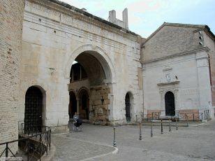 26 - Fano- Sulla destra dell'Arco di Augusto, la chiesa di San Michele. Della chiesa oggi sconsacrata costruita nel XV secolo, resta lo stupendo portale a candeliere, scolpito da Bernardino di Pietro da Corona (1511-1512).