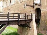 48 - Gradara - Ponte levatoio e porta d'ingresso alla Rocca Demaniale -