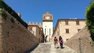 4- Gradara - La porta dell'Orologio è l'ingresso alla città. Sulla porta della 'torre dell'Orologio', accesso al borgo, si trova lo stemma della famiglia Malatesta, signori di Gradara per duecento anni.