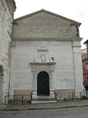 27 -Fano- La chiesa di San Michele. La facciata della chiesa è stata arretrata nel 1936-37 per lasciare libero l'Arco di Augusto a cui la Chiesa era addossata fino ad occultare metà del fornice minore di destra della porta augustea.