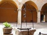 56 - Gradara - Particolare del pozzo nel cortile interno alla Rocca